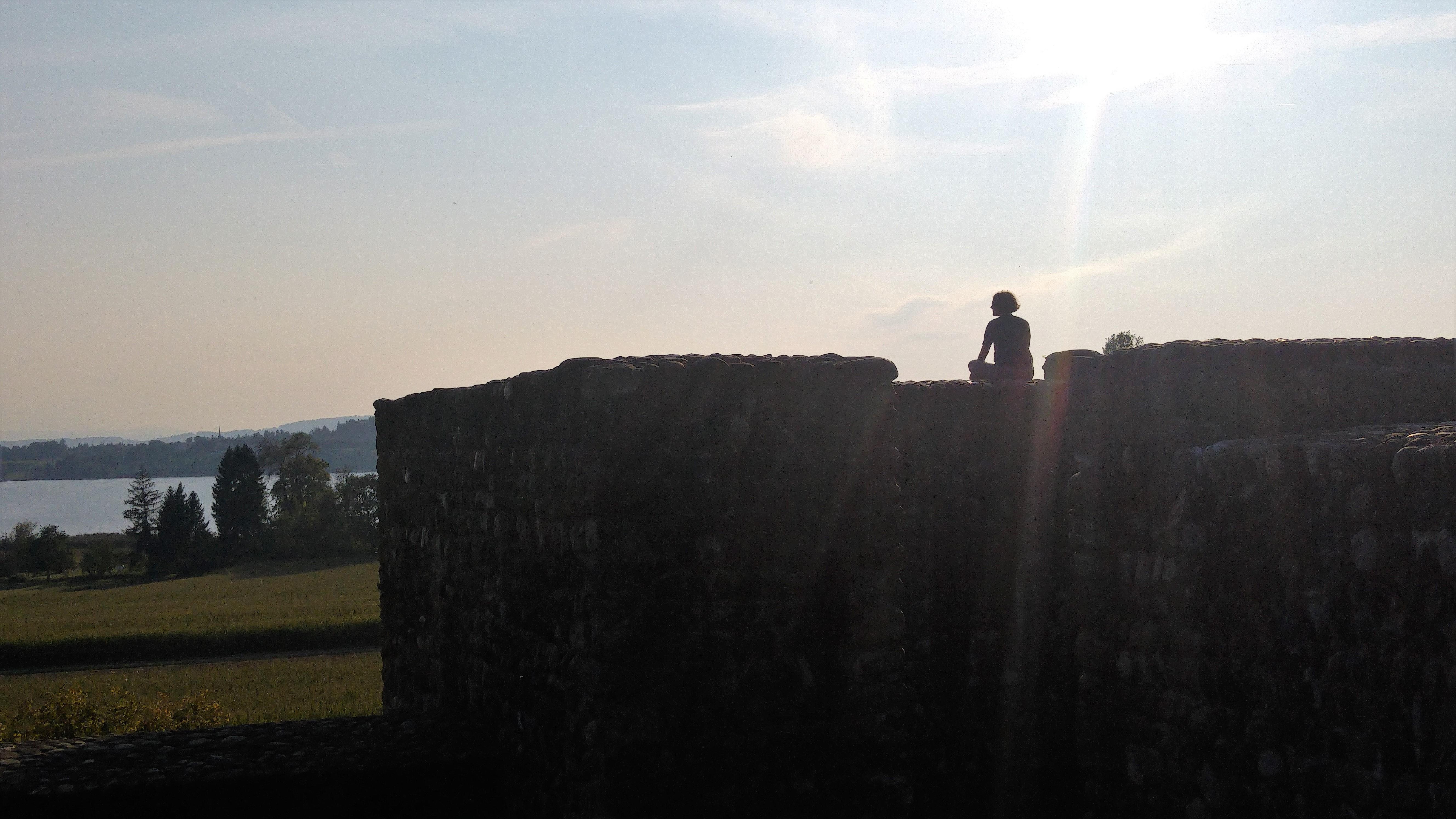 psee 14 meditoija linnan muurilla